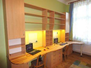 Stůl se stěnou v pokoji